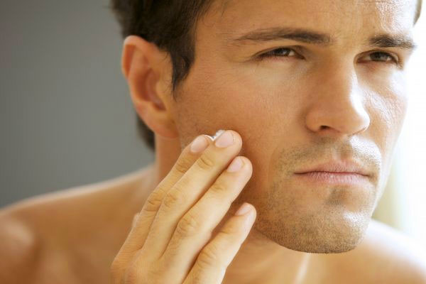 peau grasse homme boutons